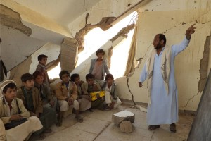 Crianças frequentam aula no Iêmen, onde mais de 600 escolas foram danificadas como resultado do conflito. Foto: UNICEF