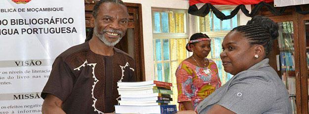 Nataniel Ngomane espera que livros doados ajudem a formar leitores e poetas do calibre de White e Armando Artur