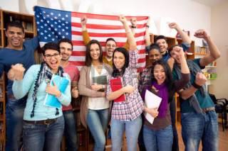 -estudantes-americanos-que-apresentam-seu-país-com-bandeiras